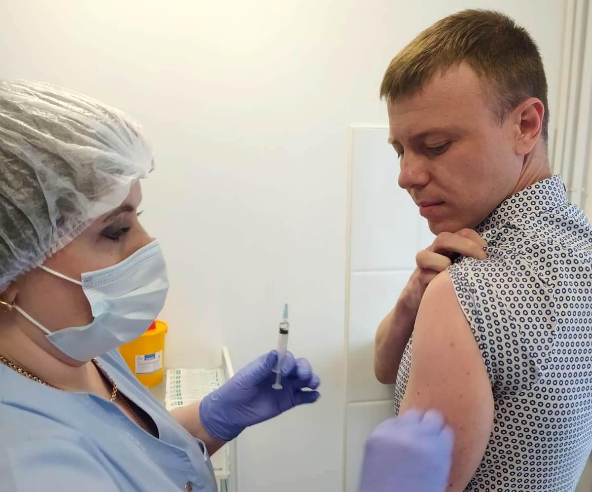 Переболеть COVID-19 или поставить прививку